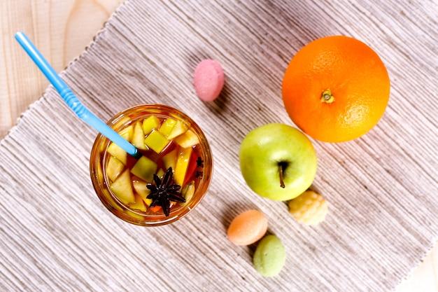 Grog z limonką, cytryną i jabłkiem
