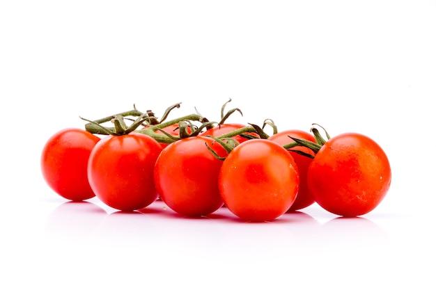 Grono świeżych pomidorów na białym tle idealne warzywo do zrównoważonej diety