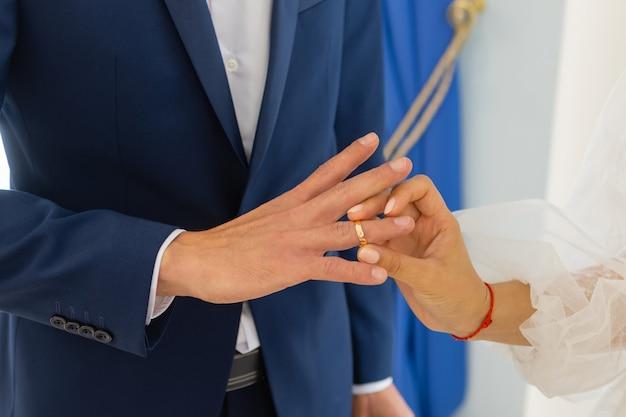 Groom zakładanie obrączki na palec panny młodej.