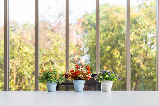 Grop bukiet kolorowy sztuczny kwiat w wazonie na nowoczesny stół