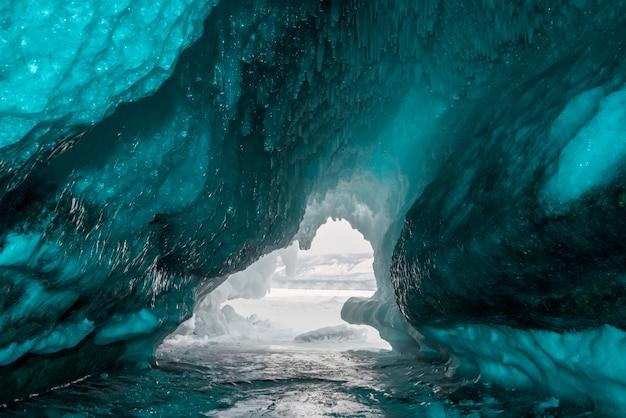Grota lodowa wykonana z niebieskiego lodu. jezioro bajkał, rosja
