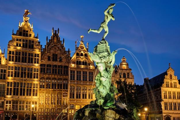 Grote markt w antwerpii ze słynnym posągiem brabo i fontanną nocą, belgia