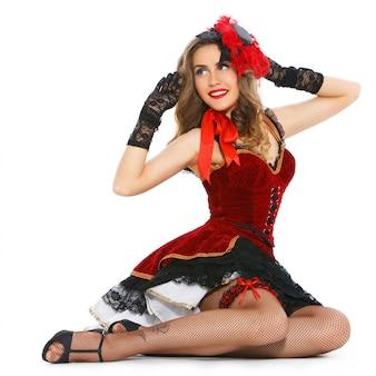 Groteska. atrakcyjna dziewczyna w pięknej sukni