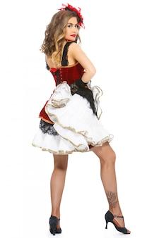 Groteska. atrakcyjna tancerka na piętach