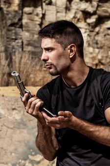 Groźny człowiek przeładowuje pistolet