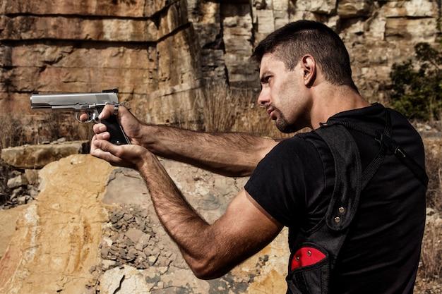 Groźny mężczyzna wskazuje pistolet