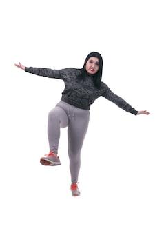 Gruba kobieta stojąca na jednej nodze, na białym tle