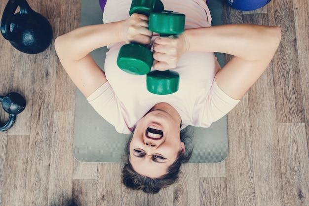 Gruba suczka bardzo ciężko ćwiczy w klubie fitness