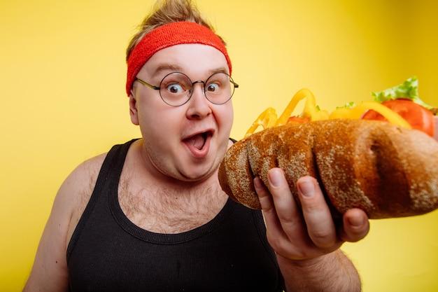 Grubas jedzenia hamburgera fast food