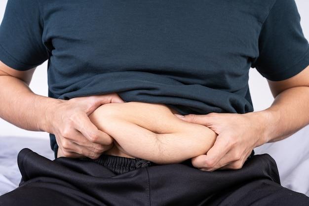 Grubas posiadający nadmierny tłusty brzuch