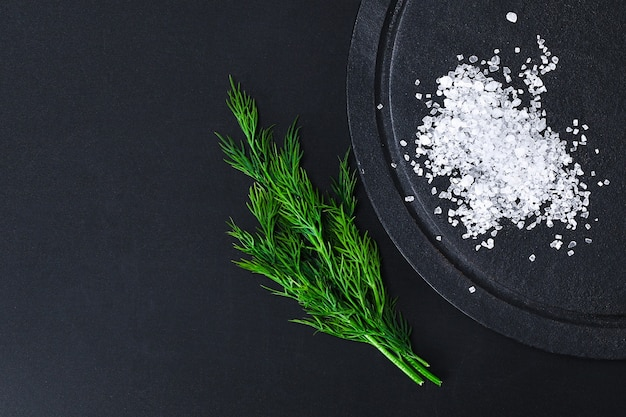 Grube kryształy soli na czarnym stole