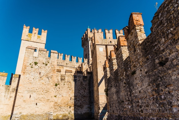 Grube mury zamku sirmione, widziane od dołu.
