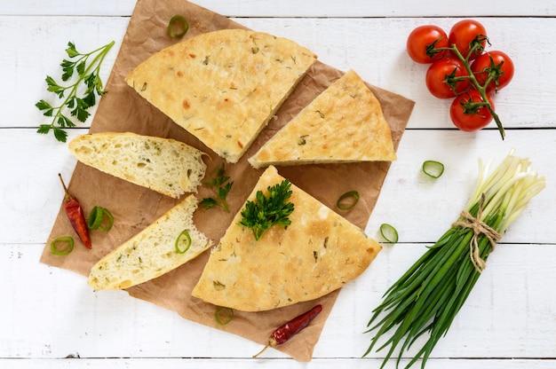 Gruby flapjack - chleb pita z zieleniną (cebula) tradycyjne danie azjatyckie. widok z góry
