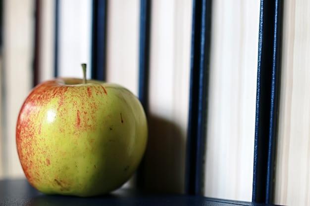 Grunge efekt fotoksiążka edukacyjna stos jabłko długopis