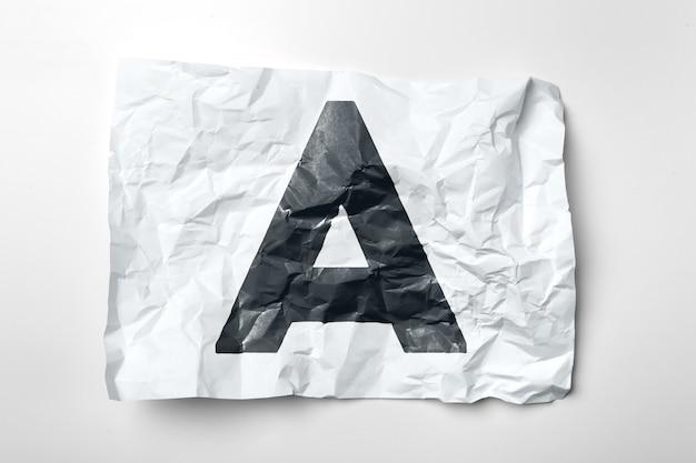 Grunge marszczący papierowi listy na bielu