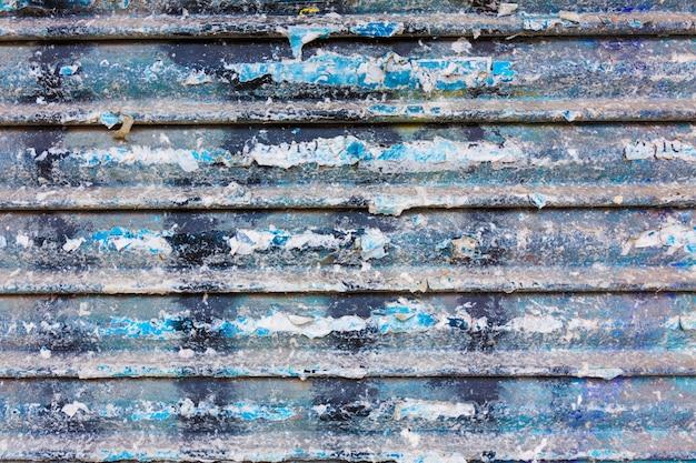 Grunge ośniedziała żelazna drzwiowa tekstura z lampasami i starymi papierami