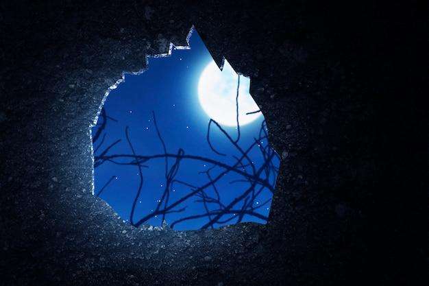 Grunge popękana ściana z tłem sceny nocnej