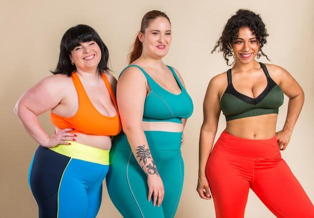 Grupa 3 kobiet oversize pozowanie. akceptacja ciała i pozytywne nastawienie do ciała