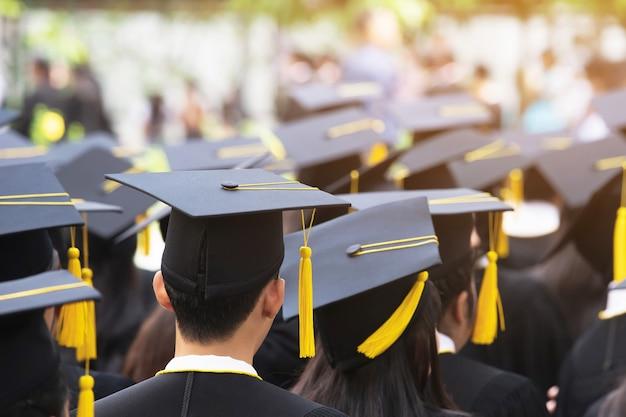 Grupa absolwentów na początku