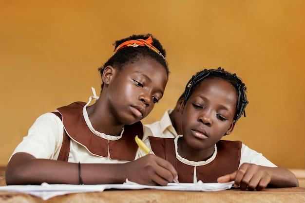Grupa afrykańskich dzieci uczących się razem