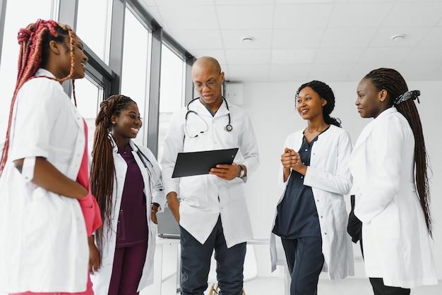 Grupa afrykańskiego lekarza i pielęgniarki w oddziale szpitalnym