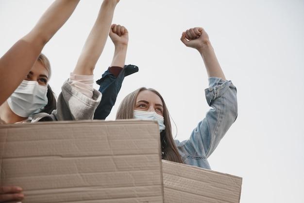 Grupa aktywistów podających hasła na wiecu