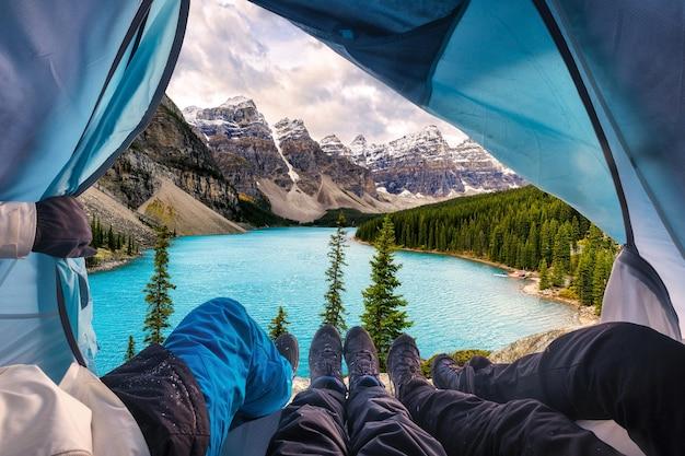 Grupa alpinistów odpoczywających i podziwiających widok na jezioro morenowe w parku narodowym banff, kanada