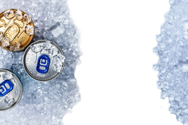 Grupa aluminiowych puszek w lodzie, zimnym napoju. widok z góry.
