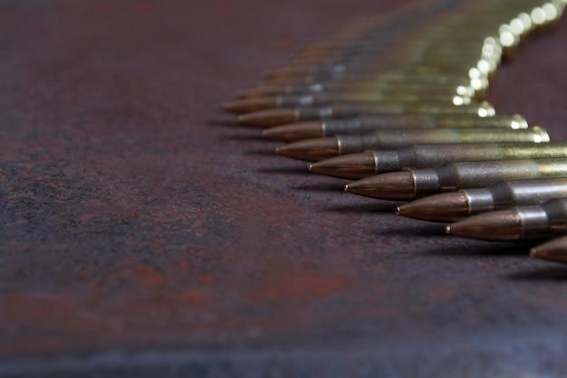 Grupa amunicji na rdzewiejącego metalu tła selekcyjnej ostrości