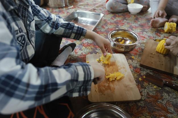 Grupa azjatyckich dzieci przygotowujących jedzenie i zabawę w domu, uczeń domu i koncepcja edukacji.