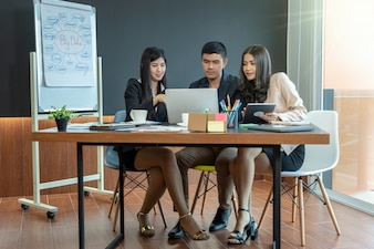 Grupa azjatyckich i wieloetnicznych ludzi biznesu z formalnym kolorze pracy i burzy mózgów