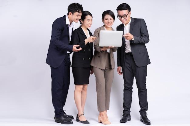 Grupa azjatyckich ludzi biznesu pozujących na białym tle