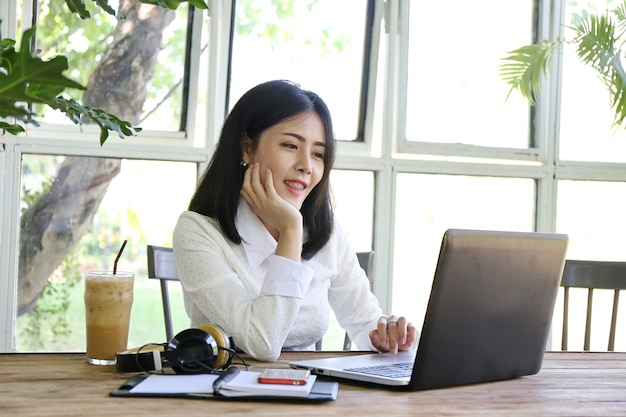 Grupa azjatyckich ludzi biznesu przedstawia i przegląda plan biznesowy strategii marketingu finansowego w pokoju konferencyjnym