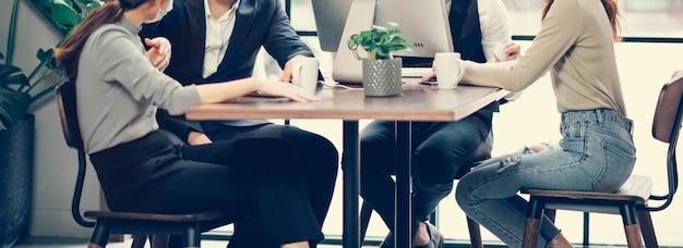 Grupa azjatyckich ludzi biznesu udanej pracy zespołowej w swobodnym kolorze pracy razem z laptopem