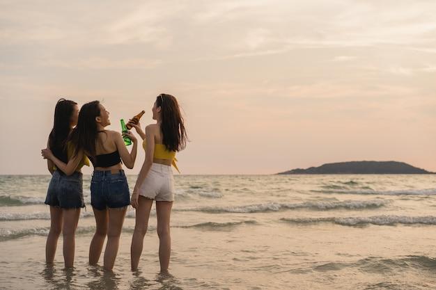 Grupa azjatyckich nastoletnich dziewcząt posiadających party świętuje na plaży