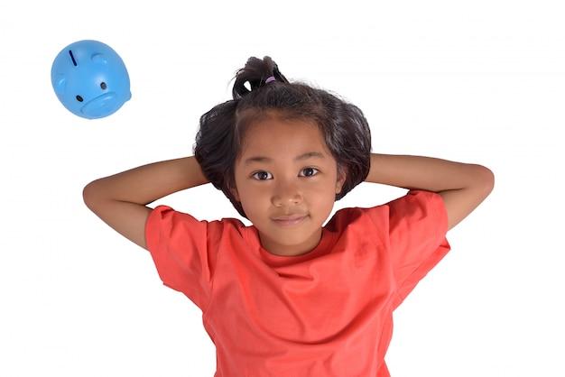 Grupa azjatykcia dziewczyna zabawę z prosiątko bankiem odizolowywającym na białym tle
