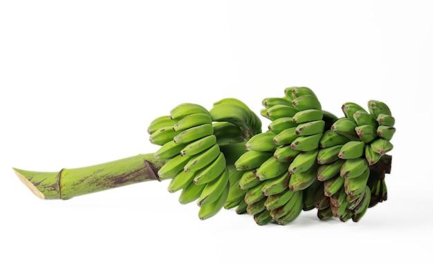 Grupa bananów zielonych owoców tropikalnych samodzielnie na białym tle