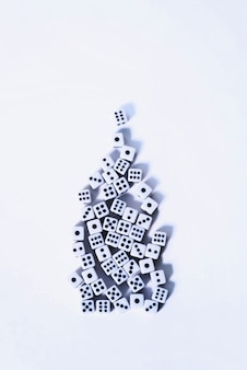 Grupa białych kostek ułożonych na białym tle w kształcie choinki.