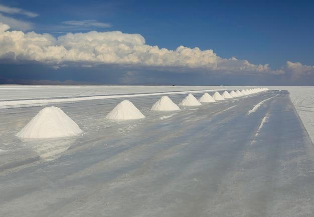 Grupa białych piramid solnych na solnej pustyni salar de uyuni w boliwii, w pobliżu granicy z chile