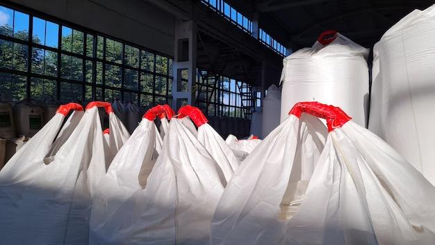 Grupa białych worków jumbo z nawozami chemicznymi do magazynu