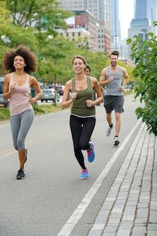 Grupa biegaczy ćwiczących na bieżni na manhattanie