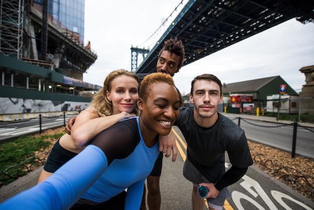 Grupa biegaczy miejskich biegających po ulicy w nowym jorku, koncepcyjne seriale o sporcie i fitnessie