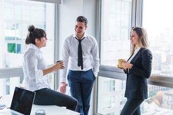 Grupa biznesmeni stoi w biurze