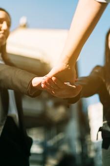 Grupa biznesmeni układa spadkobiercze ręki