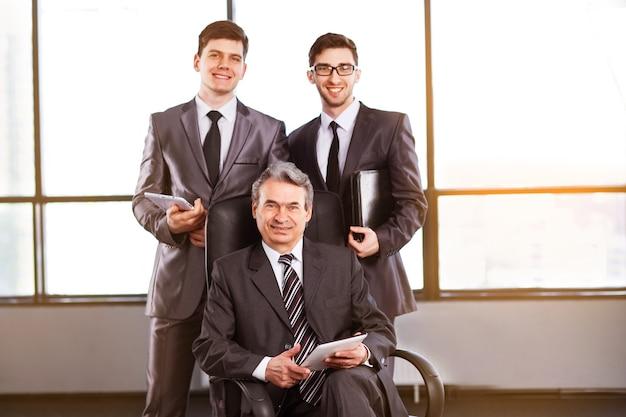Grupa biznesmenów omawiających ekonomię firmy.