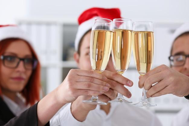 Grupa biznesmenów opiekania na szampana na boże narodzenie