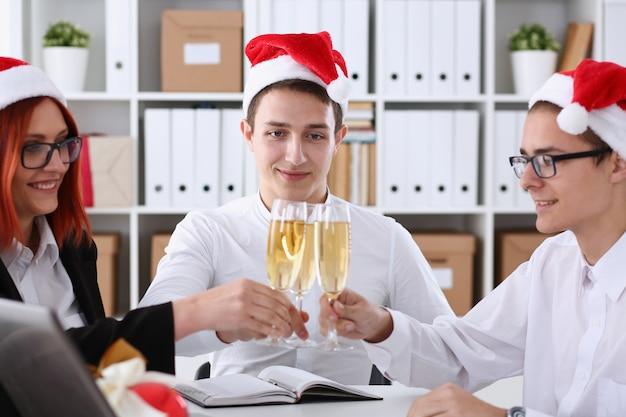Grupa biznesmenów świętuje boże narodzenie
