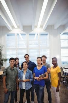 Grupa biznesmenów uśmiecha się do kamery