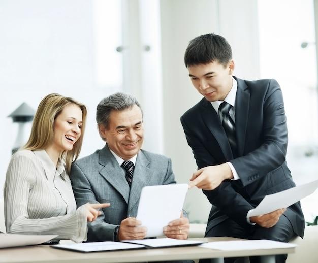 Grupa biznesowa omawia plan pracy przy użyciu tabletu