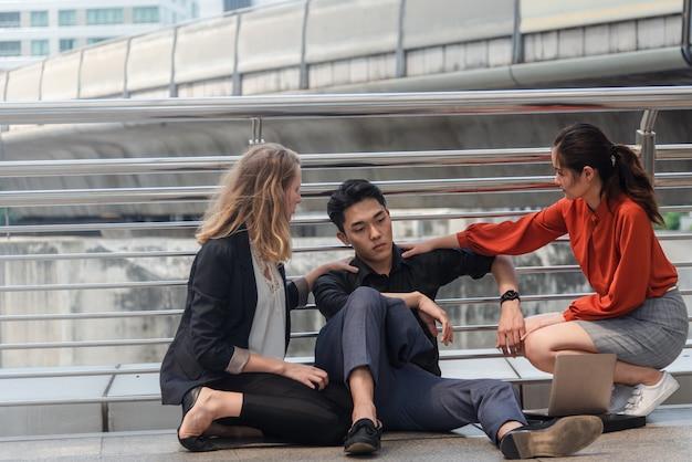 Grupa biznesowa porażka lub niepowodzenie pojęcie, siedzi przy miastem